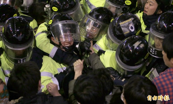 部分第一線的警力,與抗議民眾發生拉扯推擠。(美聯)