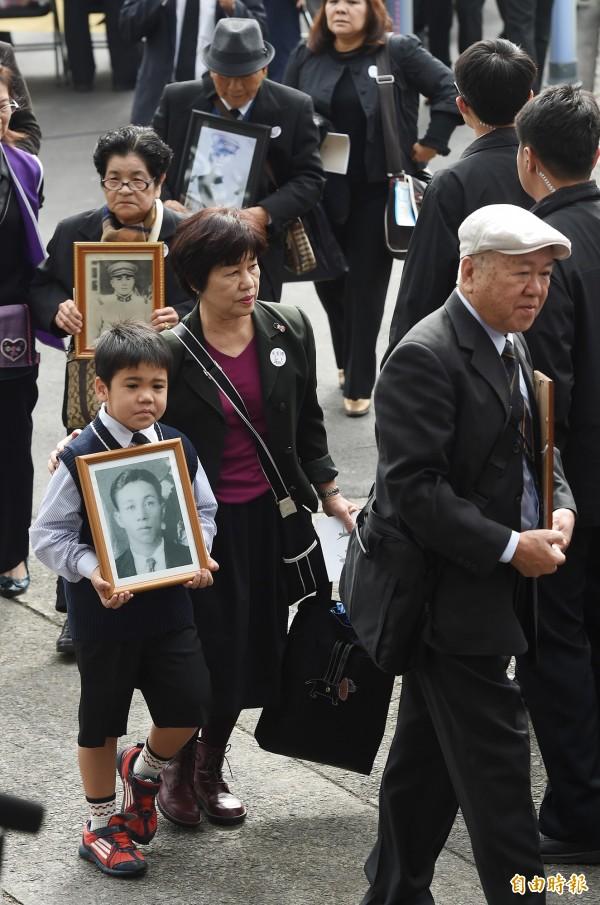台北市二二八和平紀念公園今舉行紀念儀式,多位受難者遺族、家屬手捧先人遺照出席追思活動。(記者廖振輝攝)