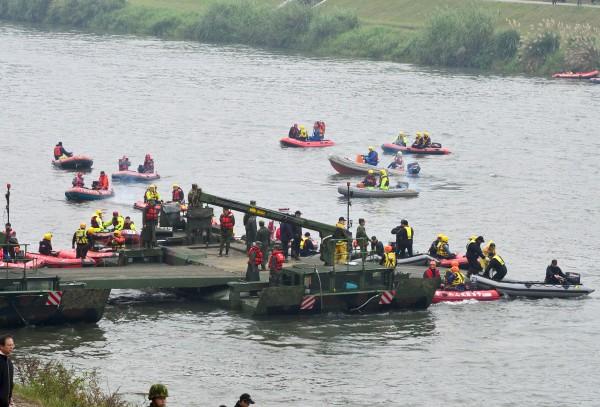 潛水人員持續在基隆河進行搜救。(資料照,記者簡榮豐攝)