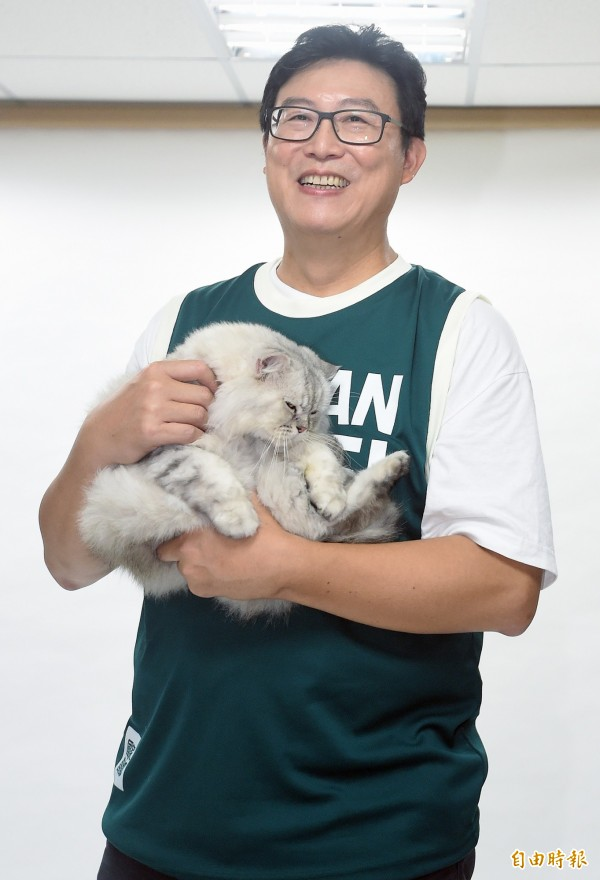 針對姚文智因帶愛貓Togi亮相挨批,吳思瑤緩頰表示,有現場記者看到Togi覺得很可愛,姚才把貓抱出來讓大家看一下,且Togi個性也比較不怕生,今天在現場的適應也還好。(記者廖振輝攝)