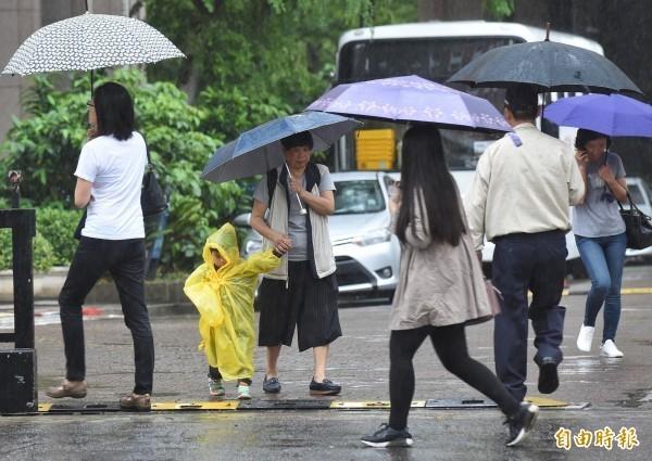 明天天氣情形和今天類似,因受熱帶性低氣壓或颱風及其外圍環流影響,各地有短暫陣雨或雷雨,並有局部大雨或豪雨等級以上發生的機率。(資料照)
