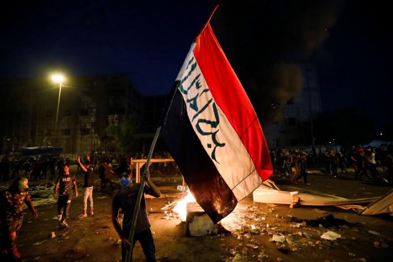 大多數示威者身上都帶著伊拉克的國旗。(路透)