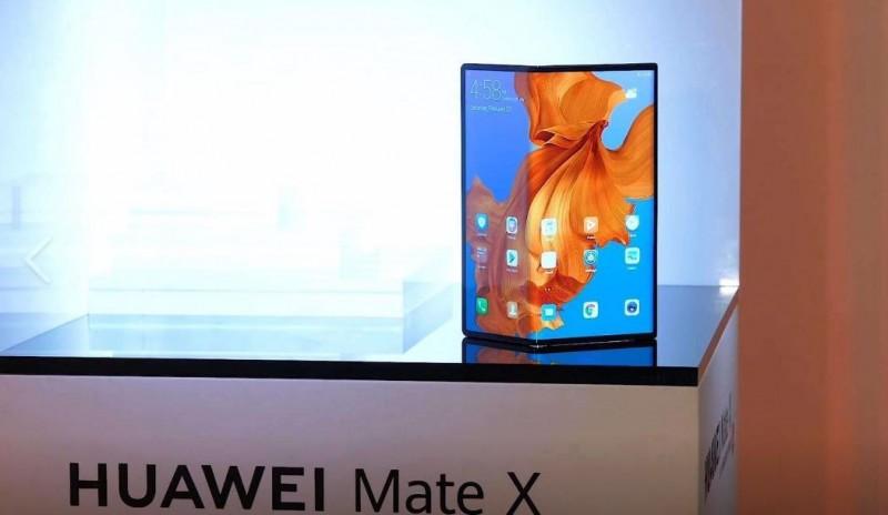 華為即將推出新款摺疊手機「Mate X」,中國網友為之驚艷,香港網友卻砲轟超醜。(圖擷取自微博)