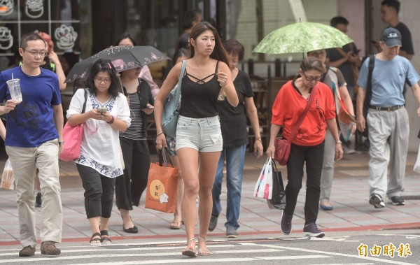 今天(17日)各地仍晴朗炎熱,中南部高溫上看34至35度,北部及東半部高溫約31至33度。(記者林正坤攝)
