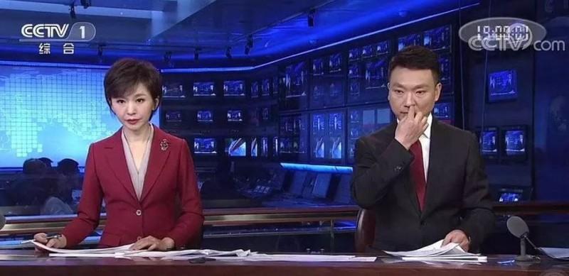 中國央視直播節目《新聞聯播》,昨意外播出男主播在「挖鼻孔」的糗樣。(圖擷取自網路)