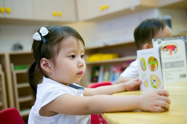 日本平均每人從小學至大學包含學雜費及學校相關費用,總額高達1萬2120美元(約台幣37萬3370元)。(情境照)