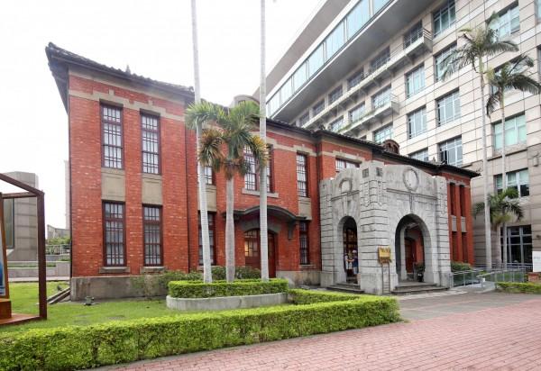 鋪著紅磚、排列整齊木窗的新竹市役所,雖說像是「新竹州廳」的縮小版,但比起外觀較為方正的州廳,反倒是透出些許典雅氣息。(記者臺大翔攝)