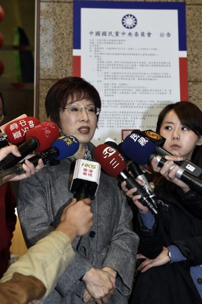 國民黨副主席洪秀柱(左)在中央黨部內牆上,張貼補選黨主席選舉公告,隨後接受媒體就相關問題進行訪問。(記者叢昌瑾攝)
