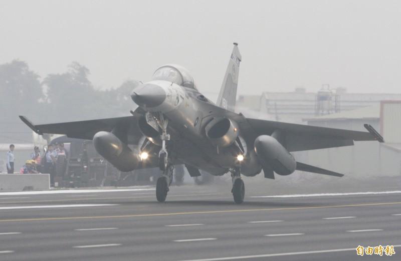 2007年漢光演習,IDF戰機降落在中山高彰化花壇戰備道。(資料照)