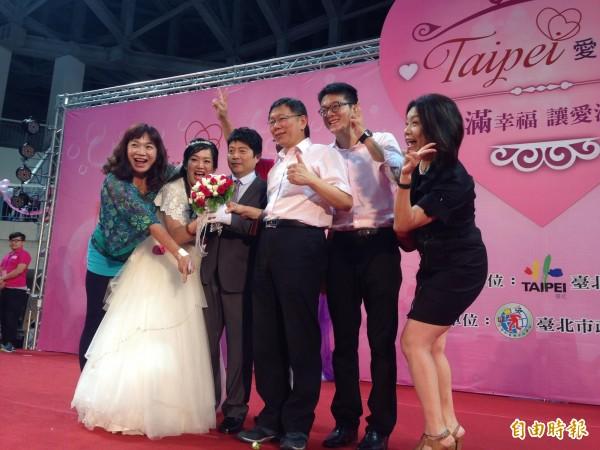 台北市長柯文哲將成為首位為同志伴侶證婚的市長,圖為柯文哲出席今年第1場聯合婚禮,為新人證婚獻上祝福照片。(資料照,記者何世昌攝)