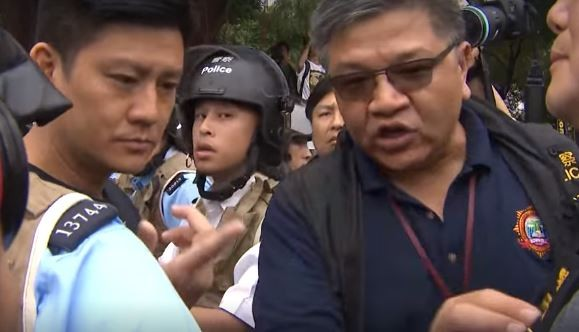一名資深警官到達現場向議員解釋,並保證這些警察全部都是香港人,但仍沒有給出他們的姓名及警號。(圖翻攝香港電台臉書)