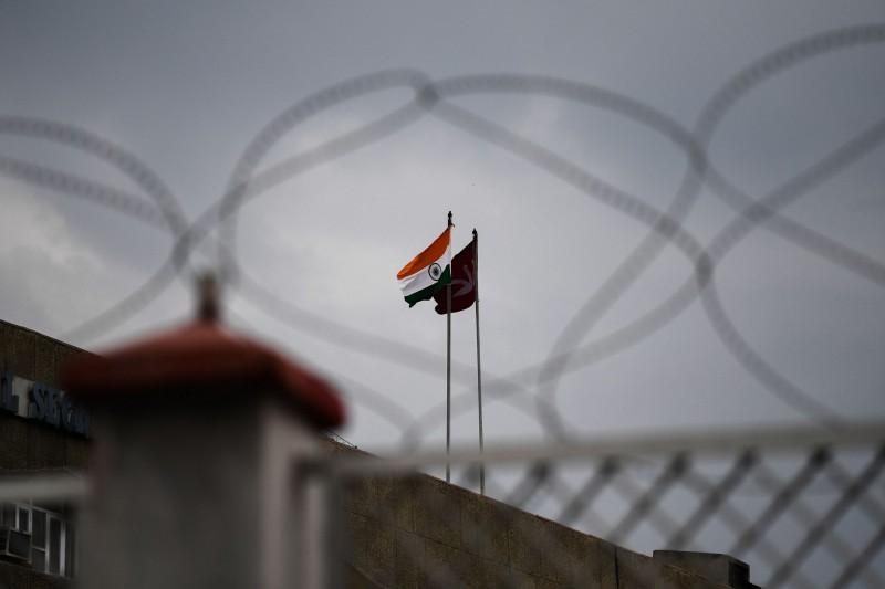 印度政府5日廢止印控喀什米爾的「特殊地位」,剝奪自治權並增兵接管,引發巴基斯坦不滿。巴國今(7)日宣布驅逐印度大使、降級兩國外交關係、中斷雙邊貿易。圖為印度國旗和查謨與喀什米爾邦旗幟。(法新社)