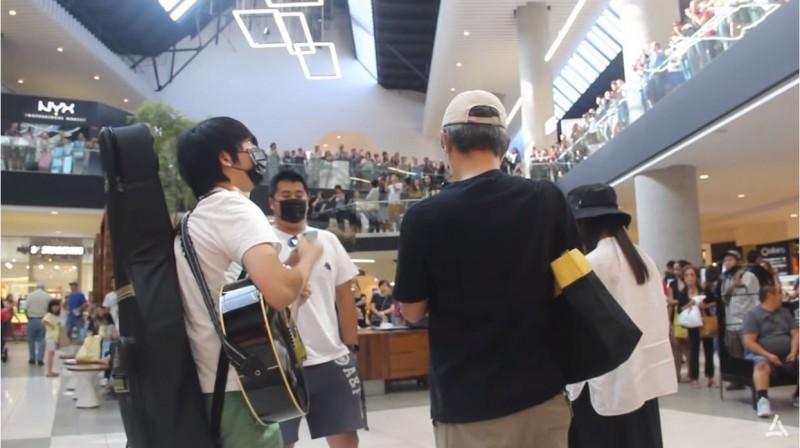 近千名海外港人在美國洛杉磯商場聚集了齊唱《願榮光歸香港》。(圖擷自眾新聞Youtube)