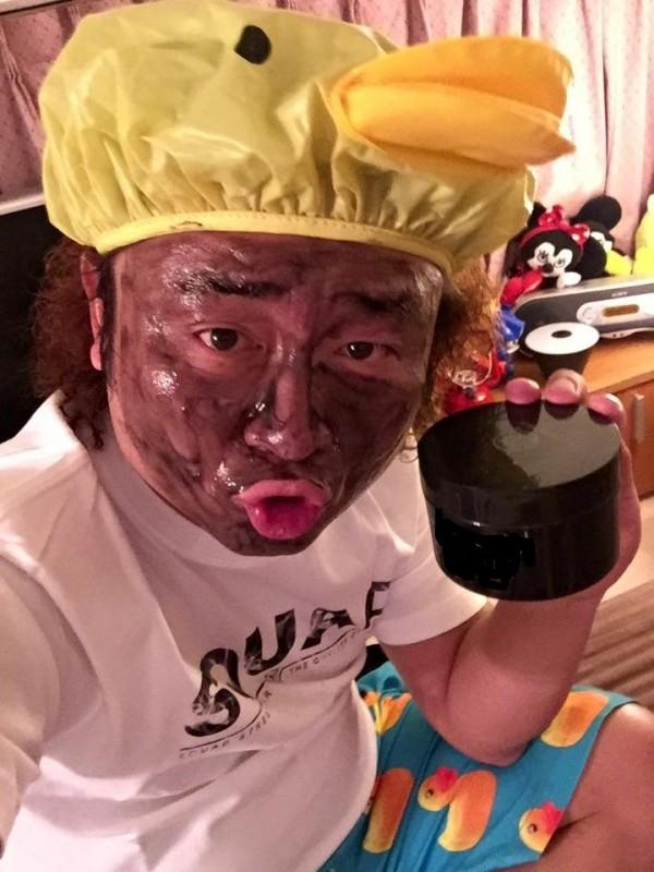 納豆日前才在臉書分享黑色面膜的照片。(取自納豆臉書)