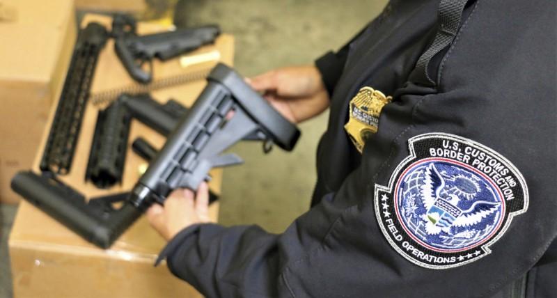 美國海關與邊境保護局(CBP)發言人魯伊茲(Jaime Ruiz)表示,這次緝獲5萬2601件槍枝零件,總價超過1187萬台幣。(美聯社)