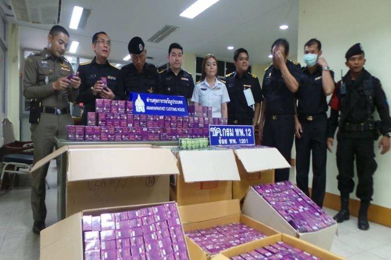 泰國執法人員近日在泰柬邊境破獲一藥品走私案件,截獲大量的「陰道緊縮丸」。(圖擷取自泰國每日新聞網)