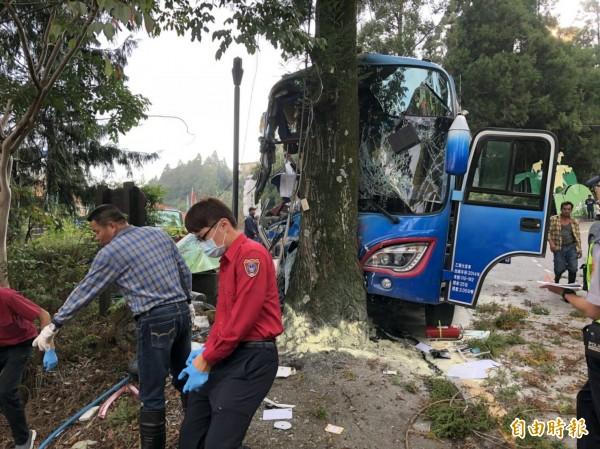 去年10月24日,搭載基督長老教會名教友的遊覽車在台14甲清境農場路段煞車失靈,最後衝撞路樹,車頭全毀,釀成1死23輕重傷不幸意外。(資料照,仁愛分局提供)