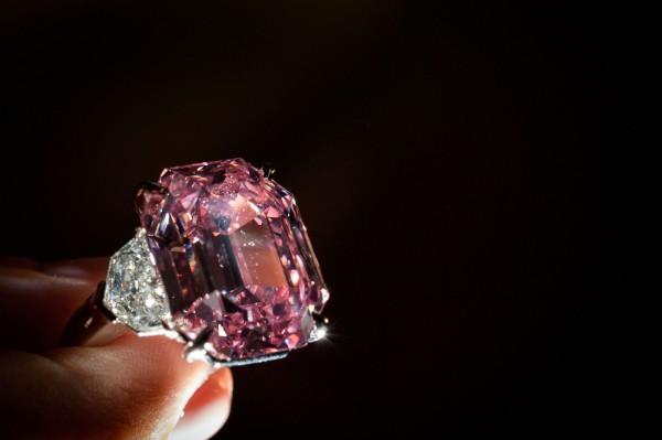 名為「粉紅遺產」(Pink Legacy)的罕見19克拉粉紅鑽石,昨(13)日在瑞士日內瓦舉辦的佳士得拍賣會上,以約新台幣15.6億元賣出,創平均每克拉售價的新高紀錄。(法新社)