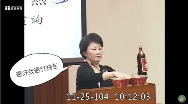 國民黨立委盧秀燕拿出台灣菸酒公司的花雕雞系列泡麵質詢財政部長張盛和,表示缺貨「要部長負責」,引發網友批評。(圖擷自《沃草》YouTube影片)