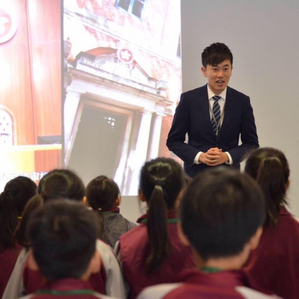 香港立法會議員鄭松泰先前曾遭控侮辱中國五星旗和香港區旗,並因此被判有罪,近日更獲悉他竟因此無法獲得理工大學續聘。(圖擷自鄭松泰臉書)