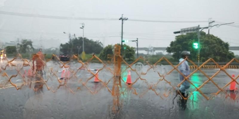 新北市昨天下大雨,二重疏洪道(疏洪一路四至六區段北上南下)及六號越堤道漫淹積水,隨著積水漸退,新北市政府昨晚宣布晚間23點45分恢復通行。(新北市府提供)