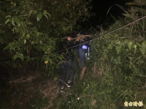 警方稍早在棄屍地點的新北市竹圍捷運站外草叢內搜尋遭棄置的屍體。(記者王宣晴攝)