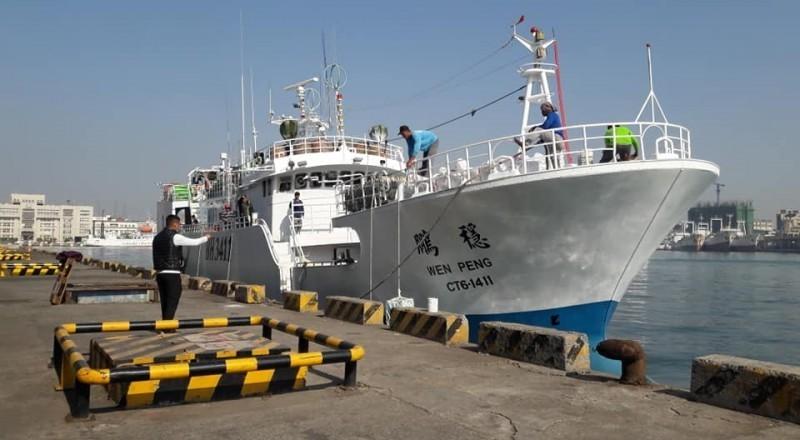 屏東東港籍的漁船「穩鵬號」今天凌晨驚傳菲籍漁工發生械鬥,目前附近作業的「鴻福88」漁船趕抵現場,已救起落海4人,尚有11人待救。(記者陳彥廷翻攝)