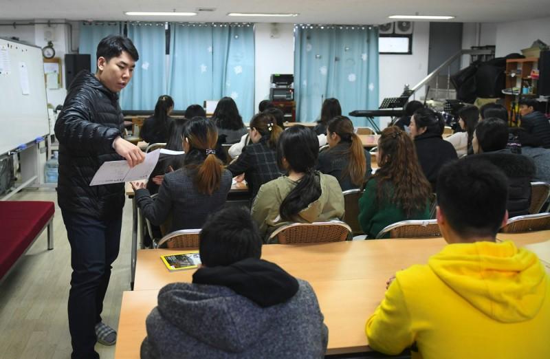 南韓首爾7月31日下午發現一對脫北母子陳屍租屋處長達2個月時間。圖為脫北者在南韓上課的景象。(法新社)