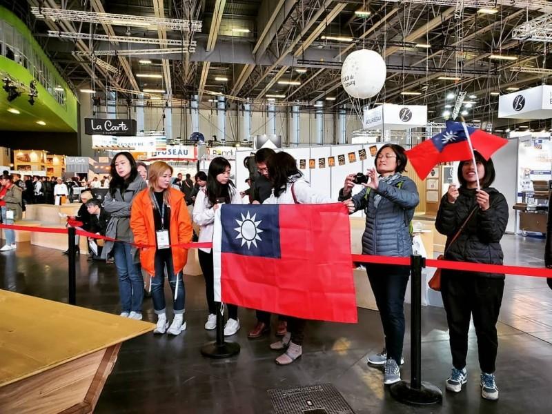 旅法台灣人在各群組傳遞比賽消息,動員前來。上午場館一開,就有許多台灣民眾手持國旗進場,並聚集於台灣隊工作檯前,為選手加油打氣。(台灣麵包大使協會提供,中央社)