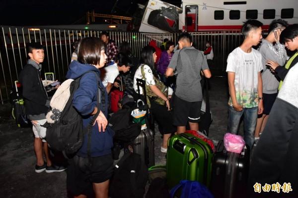 台鐵普悠瑪號列車今天傍晚在宜蘭縣冬山站與蘇澳新站間出軌翻覆,部分乘客脫困餘悸猶存。(記者張議晨攝)