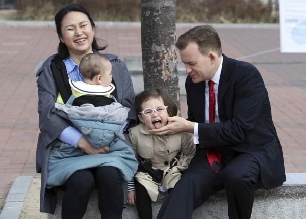 南韓釜山大學教授凱利,上個星期接受BBC連線訪問時,遭一雙兒女亂入後全家意外爆紅。(美聯社)