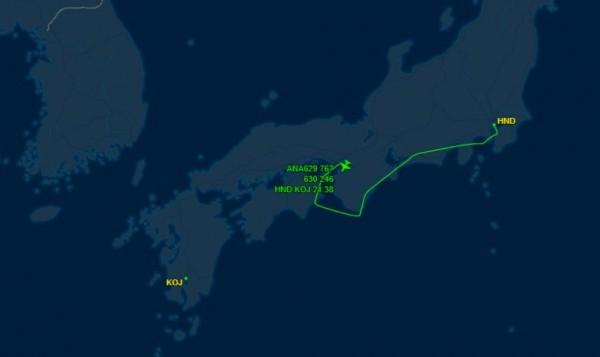 日本全日空629號東京羽田飛往鹿兒島的班機,晚間傳出機艙內氣壓異常,飛行途中緊急降落在關西國際機場。(翻攝自flightaware)