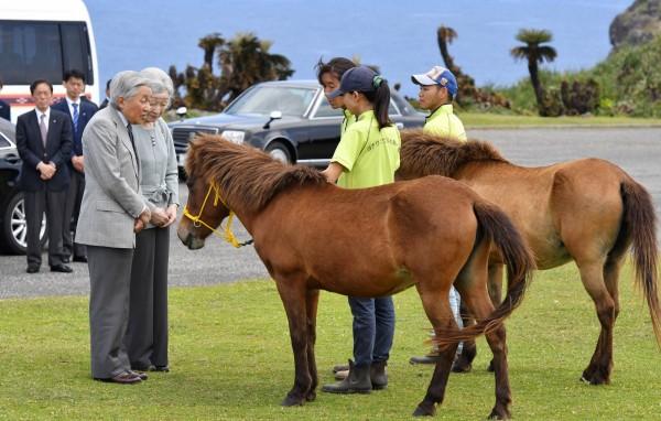 本天皇明仁和皇后美智子今天(28日)登上與那國島,參觀牧場及小學。(共同社)