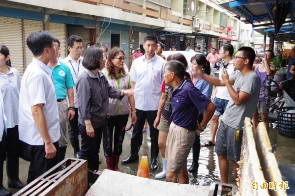 總統蔡英文在抵達災區後,隨即深入受災地區的民居慰問災民。(記者曾迺強攝)
