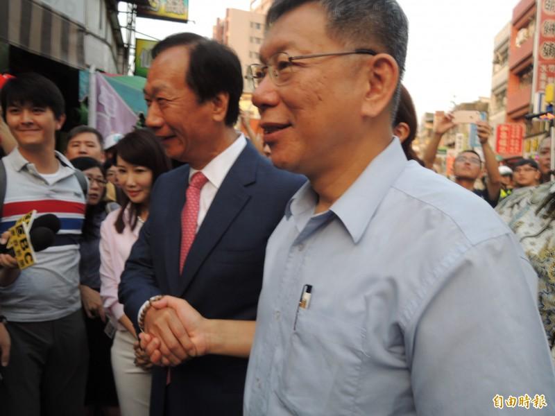 郭台銘、柯文哲今合體到新竹城隍廟,雙方握手。(記者洪美秀攝)