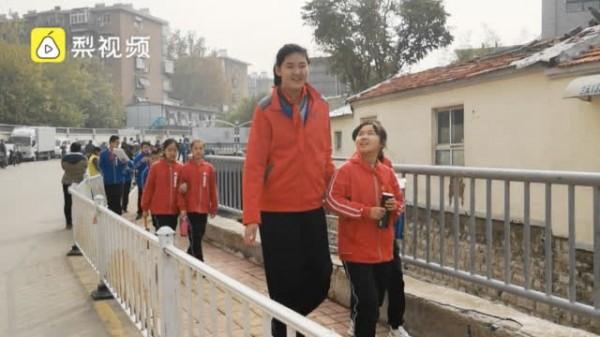 中國的張子宇雖然才11歲,但是身高已經長到了210公分。(翻攝自梨視頻)