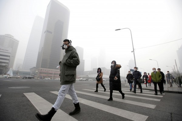 美國最新研究指出,全球的空氣污染引發的細懸浮微粒PM2.5問題,使全球人類預期壽命平均減短2年,亞洲地區的民眾深受其害。圖為北京霧霾。(路透)