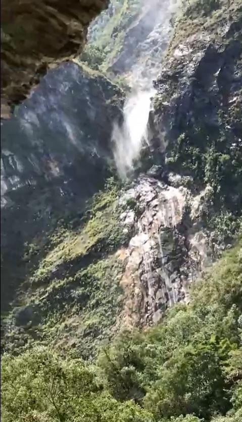 白楊瀑布的水流被強風吹得四處飛散。(圖擷自爆廢公社)