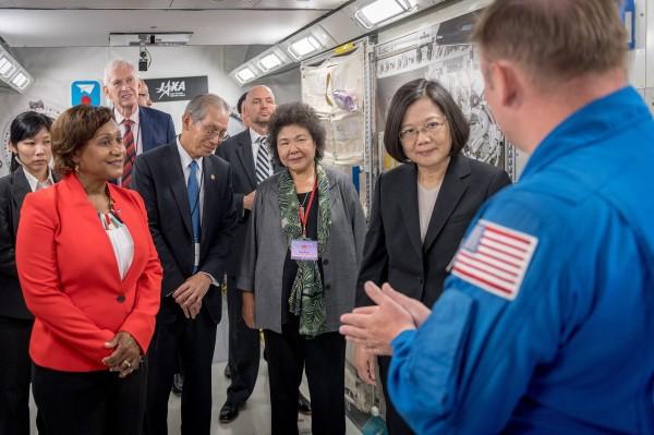 蔡英文總統(右2)今參訪美國航太總署(NASA),成為首位造訪這個美國聯邦機構的台灣總統。(圖由總統府提供)