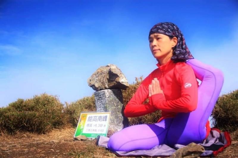 何茜芸在能高南峰完成瑜珈動作「單腿繞頭式。(何茜芸提供)