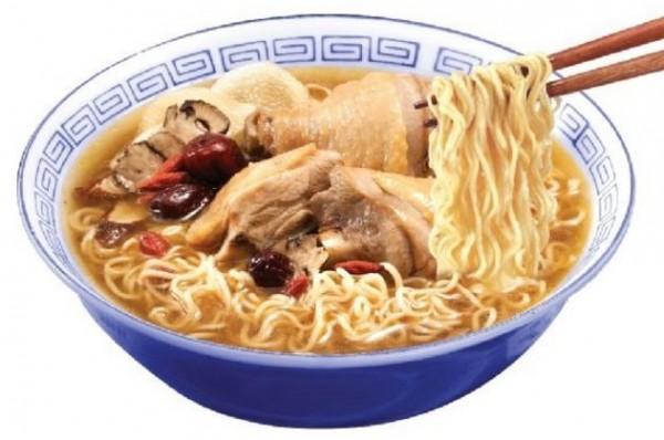 有網友在網路分享另類的花雕雞麵烹煮方法。(圖片擷取自台酒花雕雞麵官方粉絲團臉書)
