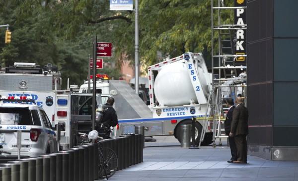 紐約警方派出爆裂物處理小組到場處理疑似爆裂物的包裹。(美聯社)