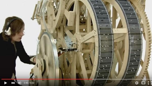 瑞典音樂家馬丁.莫林(Martin Molin)設計製造的彈珠音樂機。(取自YouTube)