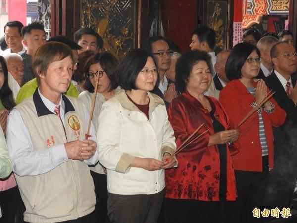 小英總統與花媽到高雄三鳳宮參香。(記者葛祐豪攝)