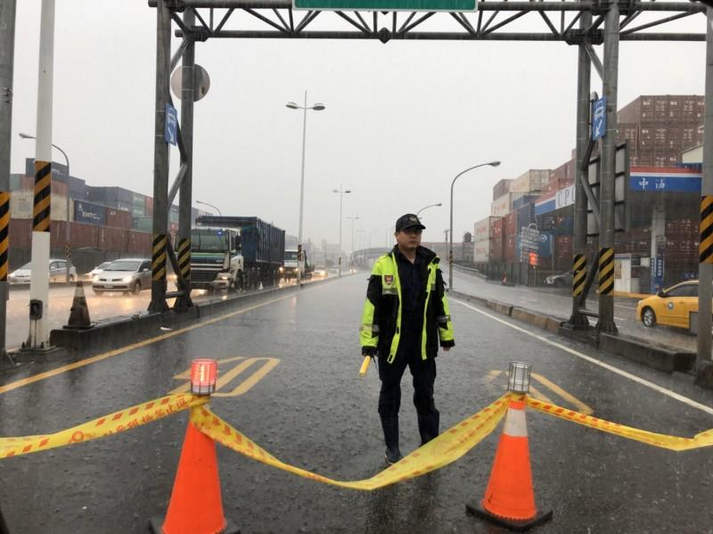 高雄豪雨多處積、淹水,警方封閉道路。(記者黃良傑翻攝)