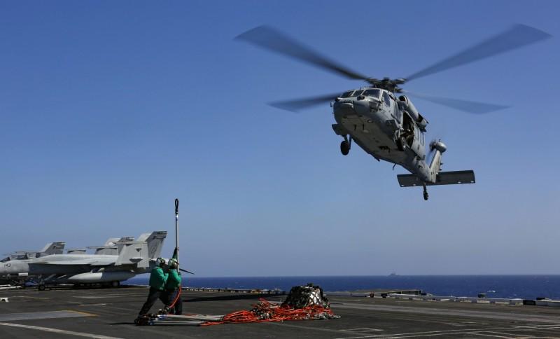 美軍急撤伊拉克非緊急人員,被稱中東可能開戰,圖為2019年5月10日美MH-60S「海鷹」直升機飛抵位於波斯灣的尼米茲級航空母艦上進行補給。(美聯)