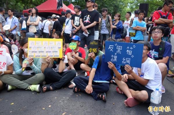 來自各地的高中生今天分別赴台北與台中的國教署抗議黑箱課綱,捍衛自己的受教權。圖為北區反黑箱課綱學生團體,約有400多人到場抗議。(記者吳柏軒攝)