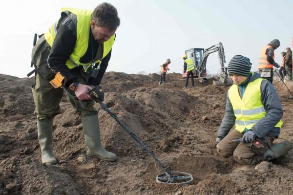 業餘考古學家熊恩師生以金屬探測器測得丹麥國王哈拉德格蒙森的寶藏。(法新社)