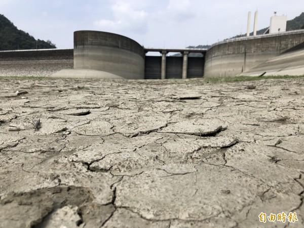 曾文水庫庫區水位偏低,民眾擔憂再不下雨,民生限水的日子恐怕就不遠了。(資料照)