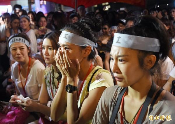 工會宣布罷工勝利後,參與罷工的空服員激動落淚。(記者方賓照攝)